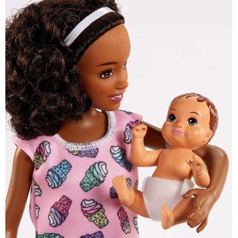Set păpușă Barbie Babysitters mulatra cu set de hrănire și pătuț FHY99