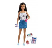 Păpușă Barbie Skipper Babysitters brunetă cu fustă DENIM și top buline