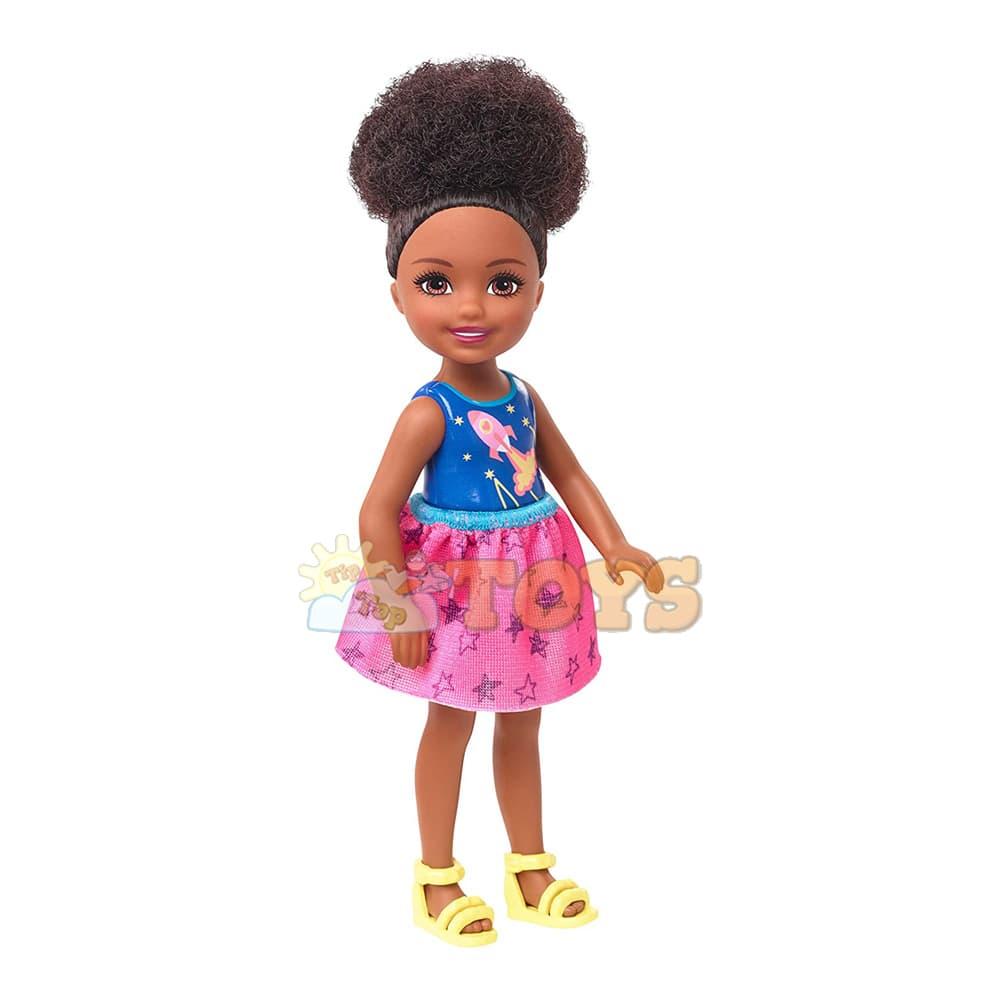 Păpușă Barbie Chelsea Păpușă cu păr afro în sandale galbene GHV62